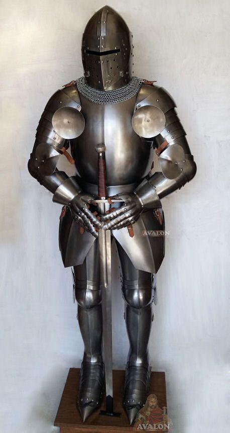 Armatura medievale della seconda metà del 1300, con Elmo a coppo ogivato con visiera, con ferratura di rinforzo a forma di croce chiamato anche Grande Elmo perché forniva una protezione completa del capo. Armatura da combattimento utilizzata dalla cavall