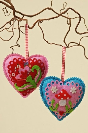 Hart van vilt (F253) - Mooi hart van vilt met vilten figuurtjes en decoratie. 9 cm.