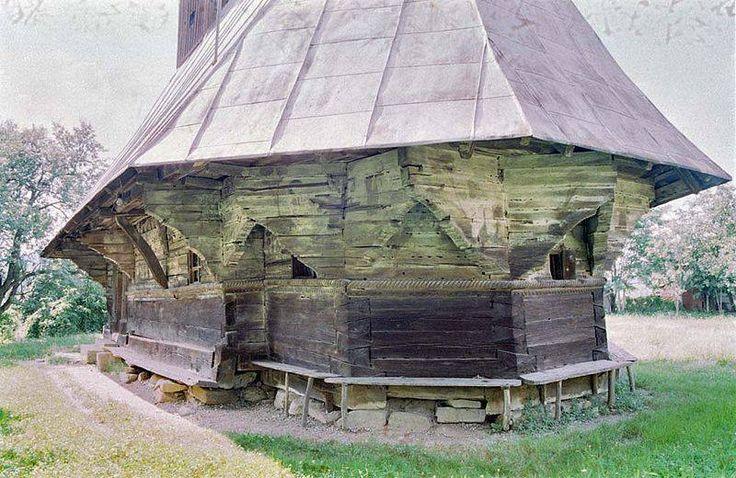 Partea de răsărit a butei bisericii  Puține biserici de lemn din Sălaj prezintă, cu toată modestia caracteristică a dimensiunilor lor, o artă a dulgheriei atât de rafinată ca în cazul acestei biserici. Meșterul a decorat cu răbdare bârnele pereților exteriori cu brâu median și ocnițe sub streașină și chiar și în interior. El a sculptat artistic și cele două portale, grinzile tindei și structura cerimii în biserica bărbaților. Motivele principale sunt funia, unda apei, rozeta și crucea.