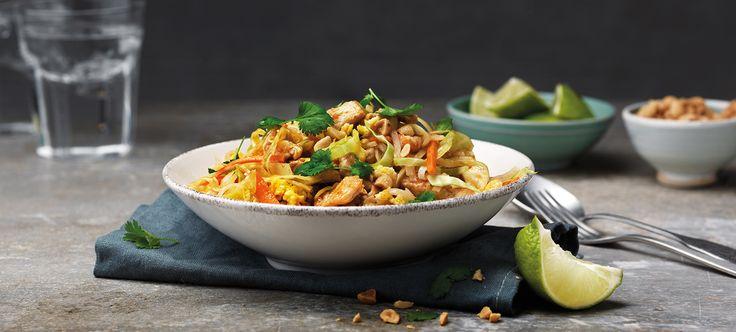 Pad Thai är mild wok som lagas med risnudlar, ägg och vitkål och en syrlig sås. Toppas med jordnötter och lime!