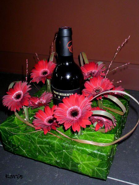 Online bloemschikken - fles champagne of wijn inpakken met bloemen als cadeau voor de eindejaarsfeesten of kerst