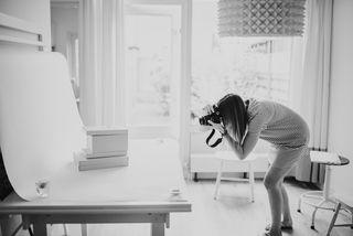 Jinske van IMAKIN aan het werk in haar thuis-fotostudio