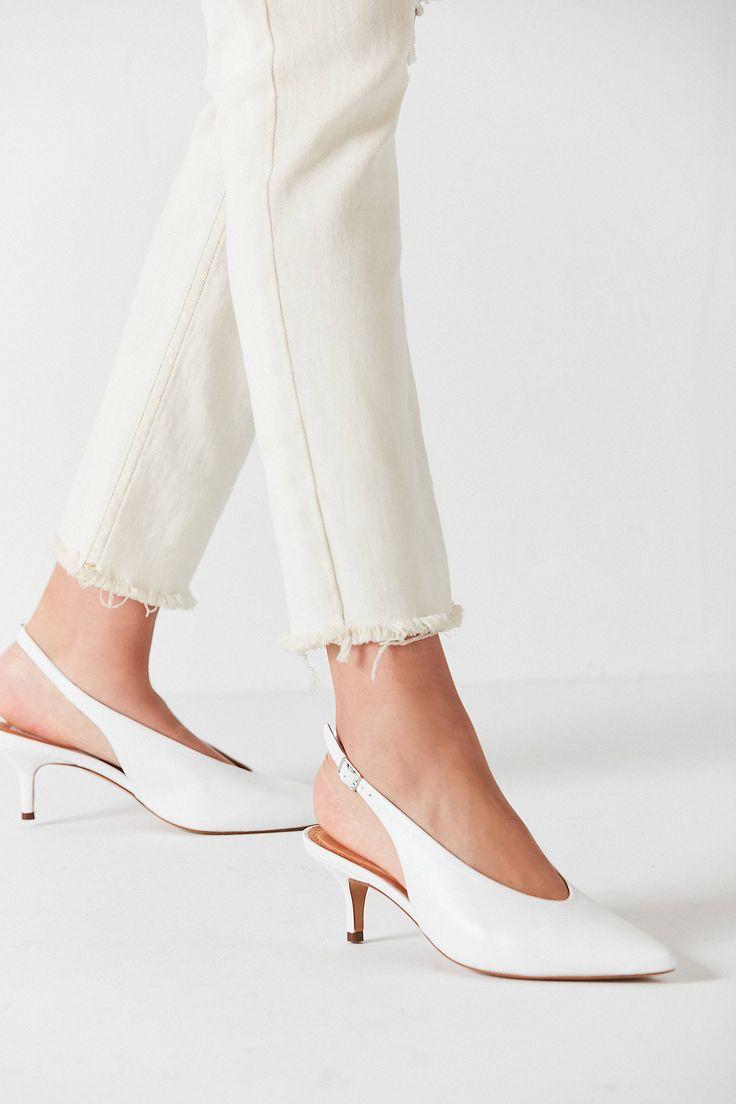 Achetez vite Chaussures à bride arrière et petit talon Serafina sur Urban Outfitters. Choisissez parmi les derniers modèles de marque en différents coloris dans les collections disponibles sur notre site.