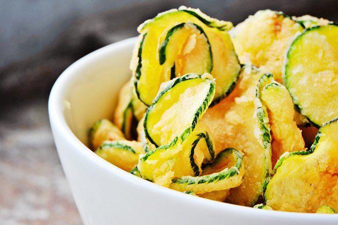 Реабилитация кабачка:  10 блюд из сезонного овоща. Чипсы из кабачков с хумусом из белой фасоли