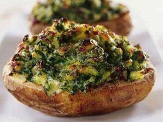 Recept på grönkålsfyllda potatisar. Ädelost ger underbart god smak till den här vegetariska rätten.