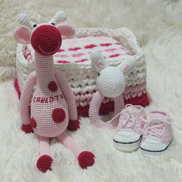 Y como más vale que nunca, por fin hoy en el blog este precioso conjunto en tonos rosas para niña  LasManualidadesDeRita.WordPress.com  #LasManualidadesDeRita #amigurumi #ganchillo #crochet #amigurumigiraffe #amigurumianimal #amigurumitoy #crochetanimal #crochettoy #toy #doll #jirafa #giraffe #trapillo #conejo #conejito #bunny #sonajero  #rattle #babygift #patucos #patucosBebe  #bootees #babybootees  #babyRattle #amigurumirattle #crochetrattle #patucosConverse #crochetConverse #babyConverse