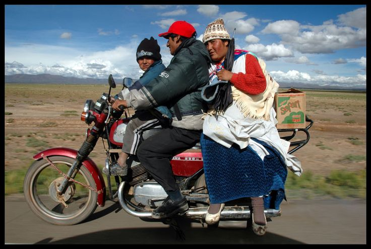 A Bolivian family on the highway from La Paz to Oruro, 2006.  (Credit: Peter Turnley)