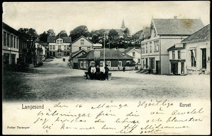 Telemark fylke Bamble kommune LANGESUND. Torvet, med noen barn på monumentet  Utg Peder Taranger. Postgått 1906