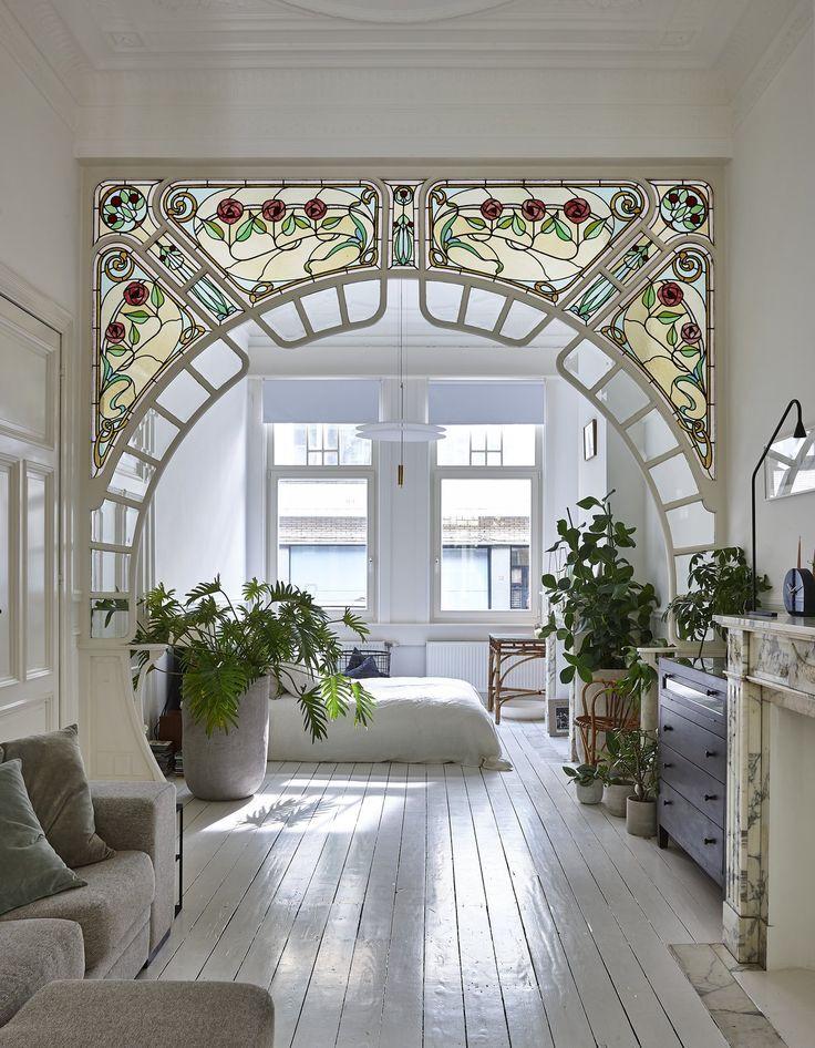 """Schlafzimmer, Bett, hängende Beleuchtung und lackierter Holzfußboden """"Ich mag Lampen mit Opal"""