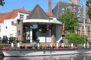 Rundfahrt Middelburg Hier fährt man mit einem Boot durch die Kanäle von Middelburg, unter jeder Brücke müssen sich alle im Boot drunter-durch-ducken, das ist sehr lustig und man lernt die ganze Stadt etwas näher kennen. Nach der Bootsfahrt sollte man noch einen kleinen Spaziergang durch das schöne Städtchen machen.