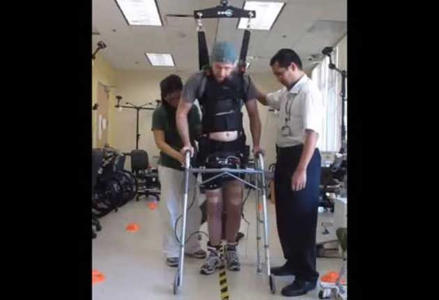 Joven parapléjico logra caminar por ondas cerebrales