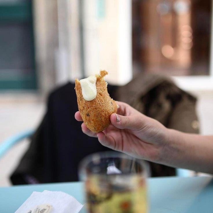 Bolinho (pastel aqui) de bacalhau recheado com queijo Serra da Estrela. Bom né @mendescw @kaborgesmendes ? #porto #pasteldebacalhau #food #foodporn #bacalhau #cidadedoporto #portugal #trip #travel #viagem #viagemestadao #canon #canon6d