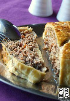 La recette facile du Pain de Viande 1 pâte feuilletée 1 oignon 2 tomates 40g de pain 1càs de thym 1càs de marjolaine 600g de viande hachée 1 oeuf 1 càs de moutarde 1 càs de concentré de tomate sel, poivre, paprika 1 jaune d'oeuf + 1 càs de lait pour la dorure PRÉPARATION :