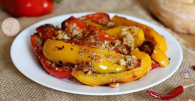 I peperoni con la mollica sono una ricetta tipica siciliana facile e veloce da preparare, croccanti e gustosissimi. Perfetti come contorno.