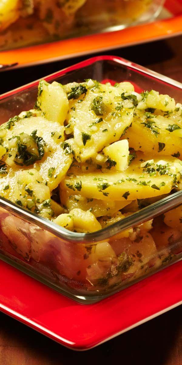 Ein absoluter Klassiker für Weihnachten - Kartoffelsalat. Das praktische daran? Er mundet warm aber auch kalt und lässt sich zu vielen tollen Sachen kombinieren.