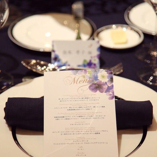 お客様からお写真いただきました✨席札とmenuをデザインしました☺︎ネイビーのシックなクロスをお花のデザインで柔らかく❤︎ #muguetwedding #menu表 #wedding #席札