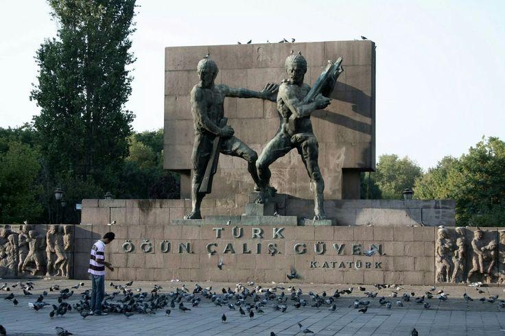 """Ankara kızılaydaki güvenlik anıtı. 1934'te yapılan heykeldir. Ön cephesi, 28 Ekim 1934 (Cumhuriyetin ilanının 11.yıldönümü töreninden 1 gün önce) veya 1 Kasım 1934 (TBMM'nin 4.dönem 4.yasama yılında)'te törenle açılmıştır.  """"Türk,Öğün,Çalış,Güven."""" Atatürk"""