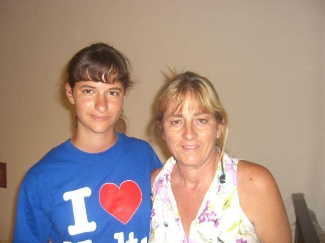 """Dank unseres """"Total Immersion"""" Prinzips ist es unseren Sprachschülern möglich in einer Gastfamilie unterzukommen und so die Sprache noch schneller und effektiver zu lernen. Hier sehen wir Viktoria mit ihrer Gastmutter bei ihrem Sprachkurs Malta."""