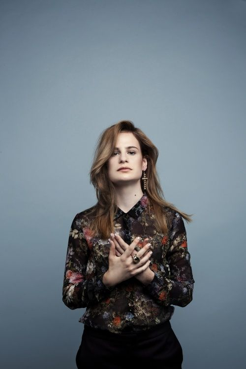 Christine and the Queens PoseMag Photographe : Pauline Darley Assistante : Phany Fauvet Make up : Sess de MademoiselleMu Coiffure : Steven Laudat Stylisme : Cécile Reaubourg / Trouvailles Chic