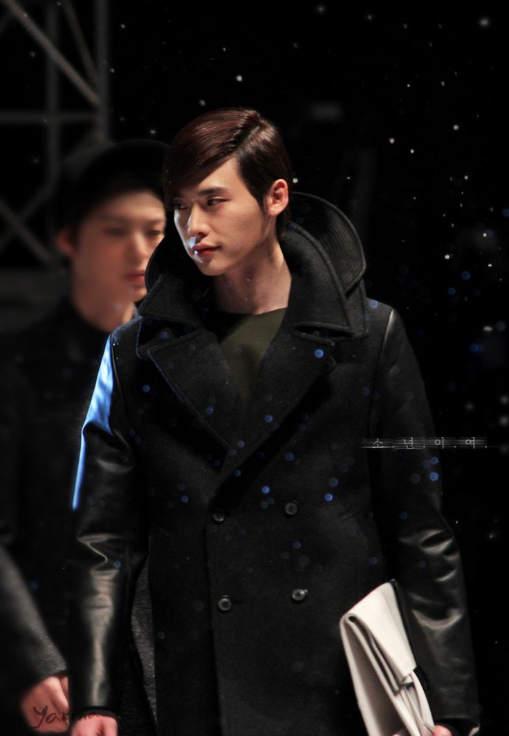 2013/04/19 Lee Jong Suk on the runway for 25th Anniversary of Solid Homme 2013FW Collection.    Source: 归山修行的肥燕纸@weibo  http://hitoritabi.tumblr.com/post/48432729273/jongsuk-woobin-20130419-lee-jong-suk-on-the
