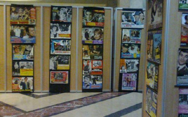 2015 Μια πρωτότυπη έκθεση με εκατοντάδες αφίσες και πολλά κοστούμια γνωστών πρωταγωνιστών από τον παλιό «καλό» ελληνικό κινηματογράφο, από τις ταινίες που είδαν γενιές και γενιές Ελλήνων, διοργανώνει η αστική μη κερδοσκοπική εταιρία «ΜΕ ΑΛΛΗΛΕΓΓΥΗ ΖΟΥΜΕ ΙΣΟΤΙΜΑ - Μ.Α.Ζ.Ι.» στην Θεσσαλονίκη, για να ενισχύσει τη δράση του Κοινωνικού Παντοπωλείου Μ.Α.Ζ.Ι..
