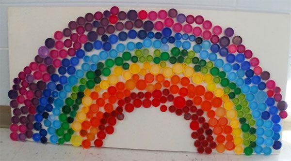 Lavoretto con tappi di plastica: l'arcobaleno