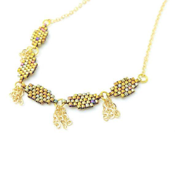 Der Hals, für mich ist eines der eindrucksvollsten Teil des Körpers. Es ist sinnlicher als die entblößte Brüste. Schmücken Sie dein Hals, zur Schau stellen Sie, betonen Sie es... ❤  Minah Choker Halskette ✨ Als wir die Minah entworfen, wollten wir ihr noch zu exotischen noch einfach, Boho Luxus edel so dass sie problemlos in Ihren täglichen Stil mischen kann. Wir wollten Minah inklusive und erschwinglich, sein ihr 18 k irisierende Perlen fügt eine sofortige Luxe und ihr gold Vergoldete…