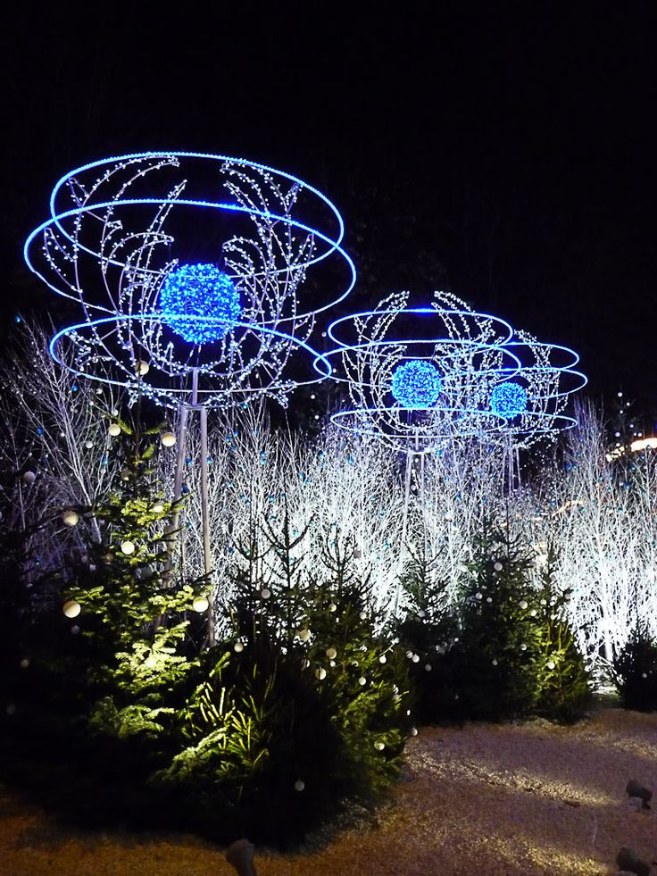 Les illuminations du Rond-Point des Champs-Élysées (Paris 8e)  http://www.pariscotejardin.fr/2012/12/les-illuminations-du-rond-point-des-champs-elysees-paris-8e-2/