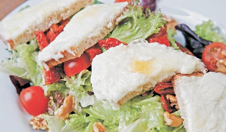 Keçi Peynirli Salata: Göbek salata, mesculen, Akdeniz yeşillikleri, özel ekmek üzerinde eritilmiş keçi peyniri, kavrulmuş domates, kuş üzümü, ceviz, zeytinyağı, limon sos ile...