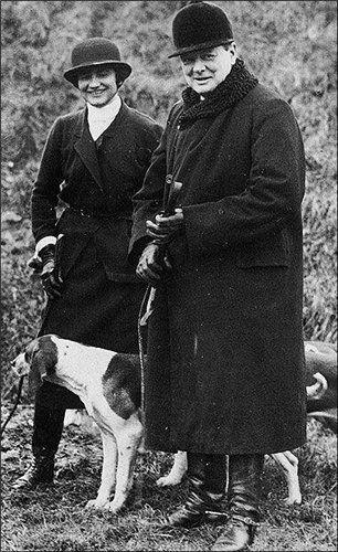 Winston Churchill dog walking with Coco Chanel Уинстон Черчилль выгуливает собаку вместе с Коко Шанель.