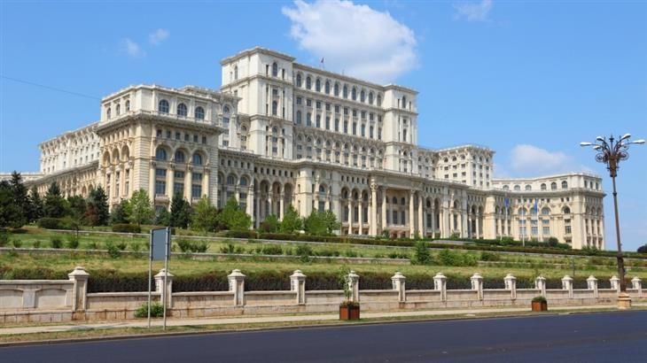 Palácio do Parlamento (Romênia) Para aqueles que estranham a arquitetura do período de governos soviéticos, vai se espantar com a beleza deste parlamento erguido em Bucareste durante a Guerra Fria, quando a Romênia foi praticamente banida do mundo por causa da pobreza, juntamente com outros países.