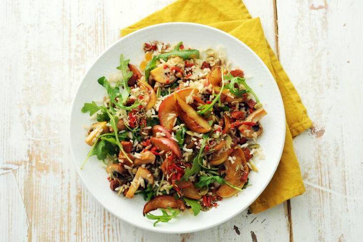 Notenrijstsalade met appel, chorizo en champignons - Recept - Allerhande