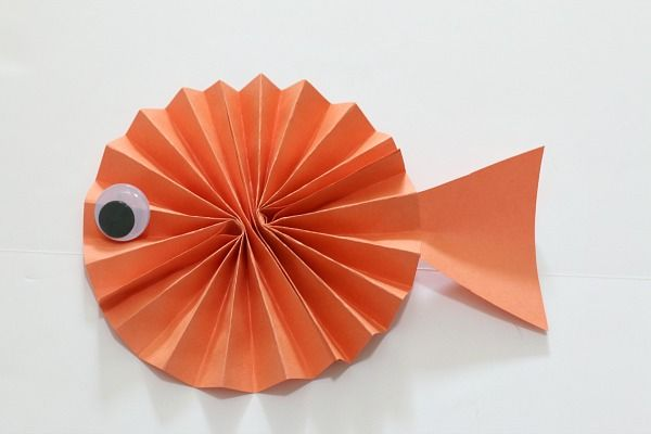 Grab a few common crafting supplies to make this unique fish paper craft for kids! Perfect for an ocean unit or to decorate for a fish themed birthday party!