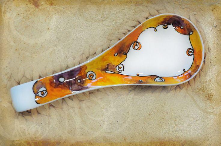 Poggiamestolo in porcellana dipinta a mano, nei caldi toni del giallo e dell'arancione ramati. Pezzo unico e irripetibile.  lo trovi su ➻  Luciana-Torre-SHOP.dawanda.com
