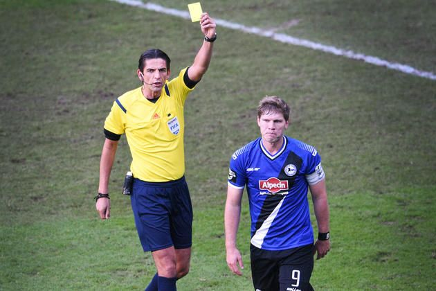 Fabian Klos kriegt von Schiedsrichter Deniz Aytekin die Gelbe Karte gezeigt.