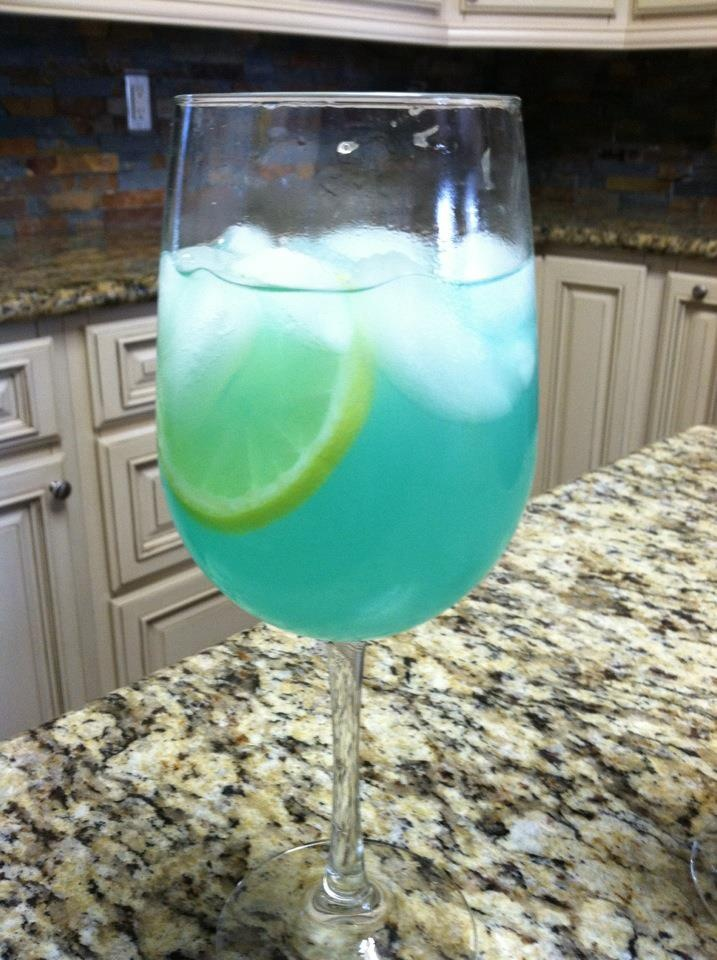 Coastal Breeze: Malibu rum, Country Time lemonade, Blue Curacao, lemon slices, and pineapple. Yummm. I'm a bar tender in the making.