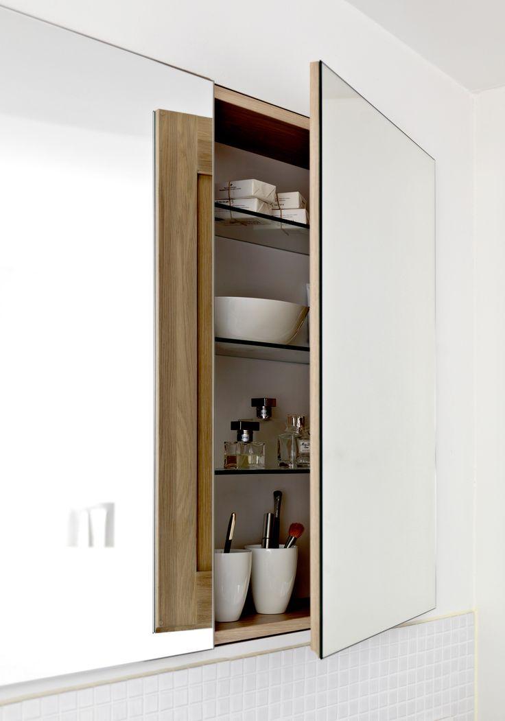 Indbyggede skabe med spejlfront er en lækker detalje på badeværelset. Se hele boligen på www.jke-design.dk.