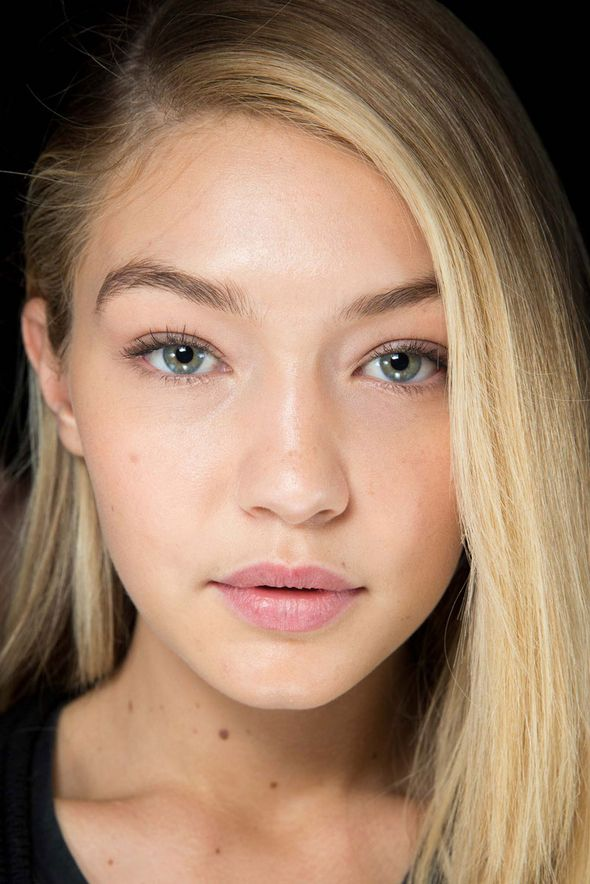 Balmain Fall 2015 Hair and Makeup - How to Apply Bronzer