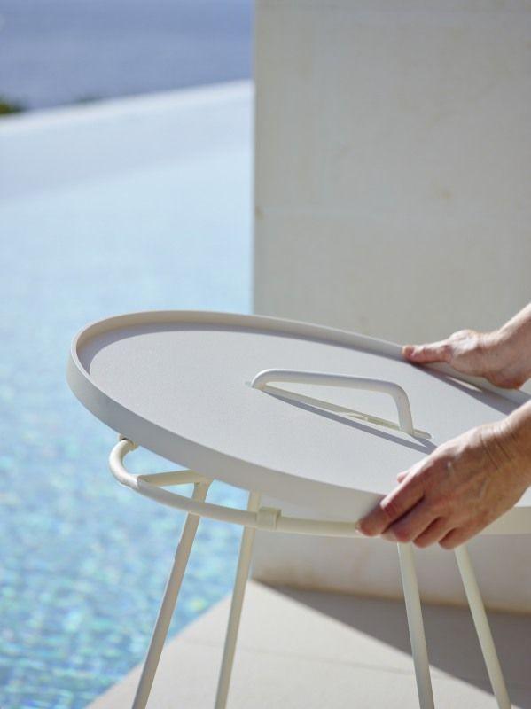 Zabierz ze sobą stolik. LIFE MADE COMFORTABLE.  Antracytowy lub biały lub seledynowy stolik/taca ON-THE-MOVE. Stolik/taca w kolorze antracytowym, wykonany z aluminium. Mebel odporny na działanie niekorzystnych czynników atmosferycznych. Stolik jest doskonałym uzupełnieniem mebli Cane-line, zaliczanych do kategorii: ekskluzywne meble ogrodowe.