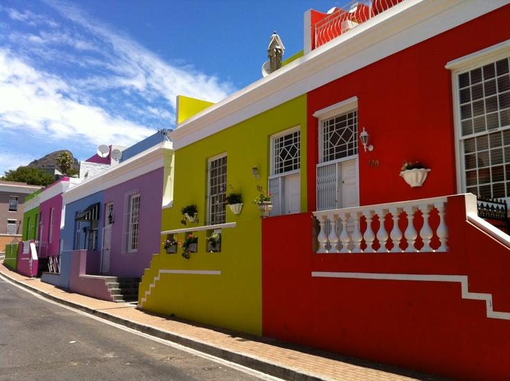 Dieses farbenfreudige Viertel muss man auf seiner Englisch Sprachreise in Kapstadt unbedingt gesehen haben! Bo-Kaap ist definitiv sehenswert!