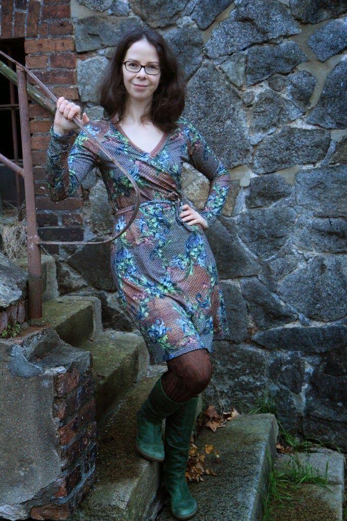"""Letztens sah ich in einem Blog ein tolles Wickelkleid, das Schnittmuster stammt aus der Ottobre 5/2013 (Nr. 17 """"Transition""""). Beim Durchblät..."""