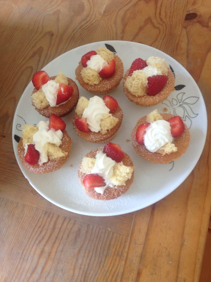 Fairy cakes, cream, strawberries
