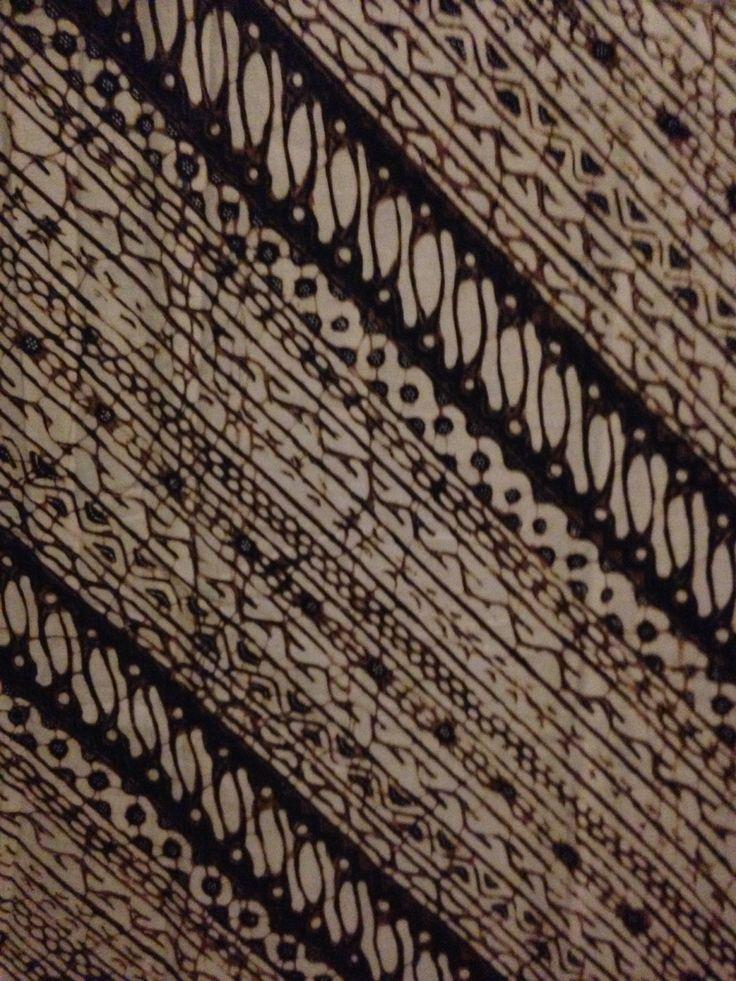 Udan Liris (Ambarukmo Jogja) Udan Liris = hujan gerimis lambang kesuburan. Pola ini terdiri dari 7 motif batik yang di susun menjadi bentuk lereng.  Diartikan sebagai penghargaan agar yang mengenakan dapat selamat, sejahtera,  tabah, berprakarsa dalam menunaikan kewajiban demi kepentingan nusa dan bangsa.  Dulu merupakan pola yang hanya boleh dikenakan oleh raja dan keluarganya.