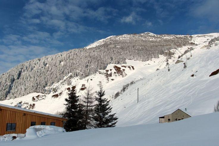 #hostel in #Andermatt direkt neben der #Piste. Die #Talanfahrt von Nätschen liegt direkt neben der #Hütte. Eine #Unterkunft für skifahrer mit wirklichen #ski-in-ski-out location. Der nächste #sessellift von #Nätschen ist 100m unterhalb der #lodge Welcome to the #freeride #lodge and #hostel in #andermatt, #swiss #Alps  www.basecamp-andermatt.com