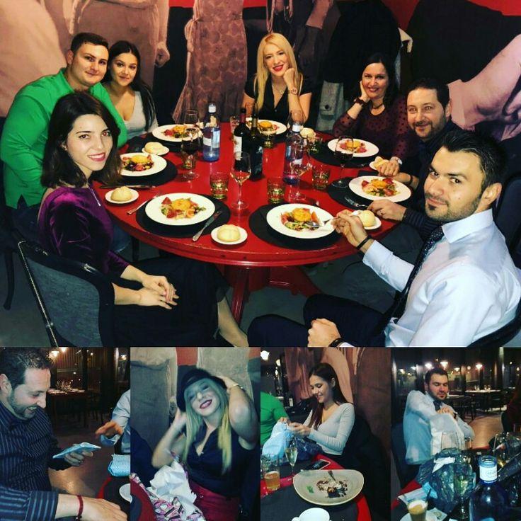 Como todos los años, somos de los primeros en celebrar la navidad con los compañeros....Que raro se hace jjjj en #Noviembre recibir regalos de Navidad  Así somos nosotros, nos adelantamos para después recibiros a vosotros y disfrutar también con vuestras cenas en Restaurante Antonio  #frio #quenofalteelamigoinvisible #RestauranteAntonioZgz #restaurante #gastronomía #Zaragoza #menús #cenadeempresa #compañeros #cenadenavidad
