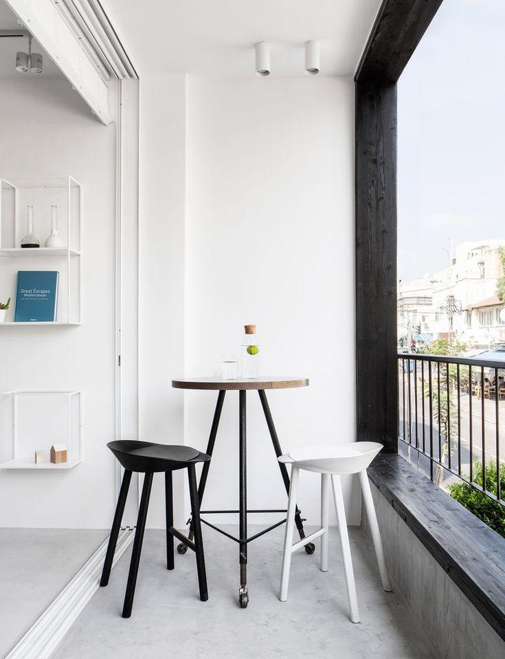 Небольшая открытая терраса рядом с жилой комнатой. На себя обращает внимание уникальный столик на трех ножках регулируемых по высоте с колесиками. .