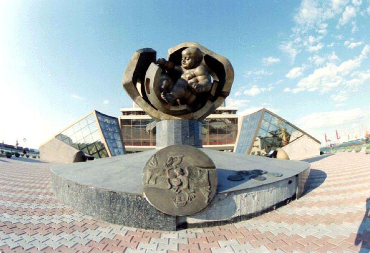 http://s13.stc.all.kpcdn.net/share/i/4/1156901/wx1080.jpg Скульптура «Золотое дитя» установлена перед зданием Морского вокзала в Одессе. Это самая большая в мире фигура младенца. Второе название скульптуры - памятник Неродившемуся гению. «Я впервые за свою жизнь создал монумент в светлом, радостном, романтическом ключе. «Золотое дитя» — яркий, солнечный образ рождающегося гиганта», - рассказывал сам Эрнст Неизвестный.