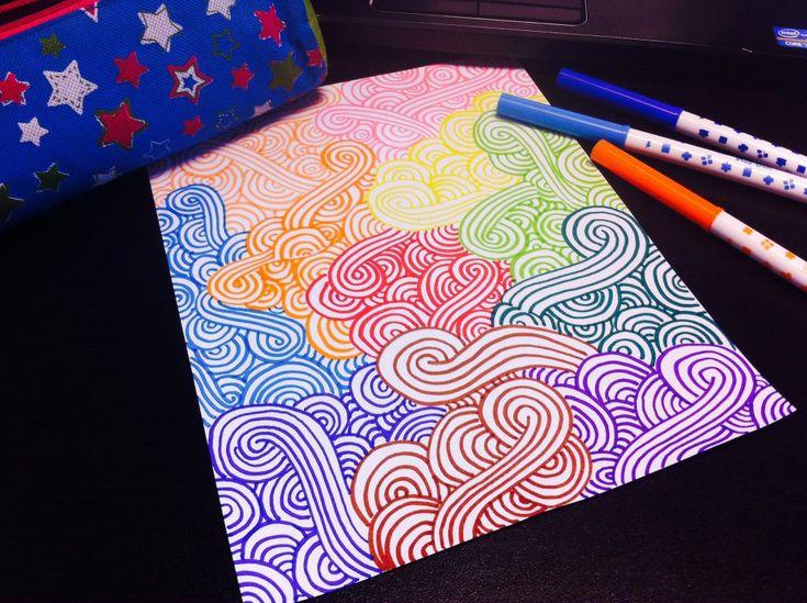 Si estás aburrida pinta una hoja de papel con distintos colores