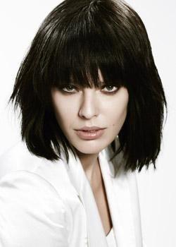 W stylu Rock'n'Roll - Haircoif.pl Rockmenka i bojowniczka, Patti Smith, wylansowała modę na długą grzywkę i ciężkie, gęste włosy przycięte w carre. Obecnie na nowo odkrywana jest inspiracją dla nowej generacji. Włosy obcięte są w wystrzępione carre, cała masa przerzucona do przodu opada na twarz. Ciężka, pełna grzywka to nieodłączny charakterystyczny detal. Włosy pofarbowane są naturalnym odcieniem ciemnego brązu. Fryzura uczesana palcami, bardzo naturalnie.
