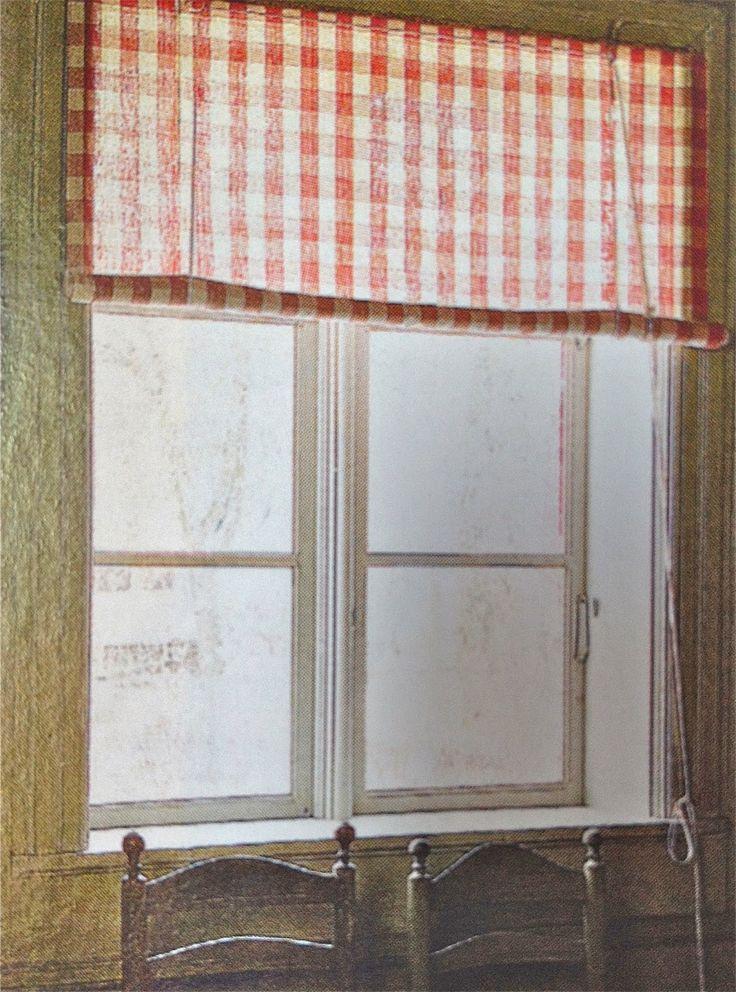 I torpets alla fönster hänger det gardiner a la 1700- tal. Dels gillar jag ju 1700-talsstilen, dels byter jag inte gardiner så jätteoft...
